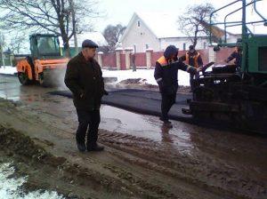 На Богуславщині новий асфальт кладуть прямо у багнюку. Фото