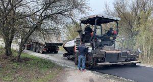 У селі поблизу Ржищева сьогодні асфальтують нову дорогу