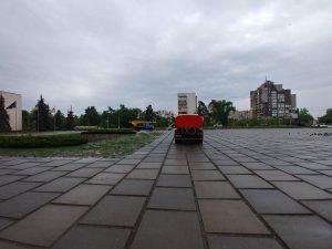 В Українці вчора комунальні служби поливали квітники під час зливи. Фото